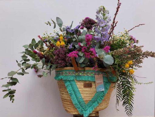 Centro cesto de flores naturales silvestres