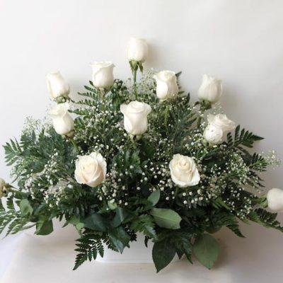 Centro frontal con 12 rosas blancas