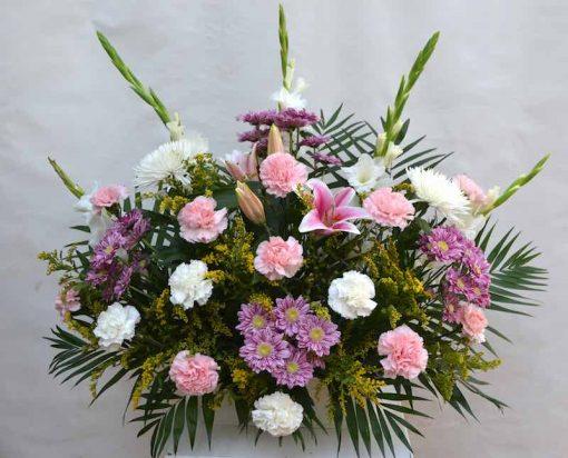 Centro de flores frontal para tumba