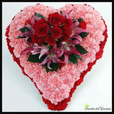 Corazón de claveles y rosas