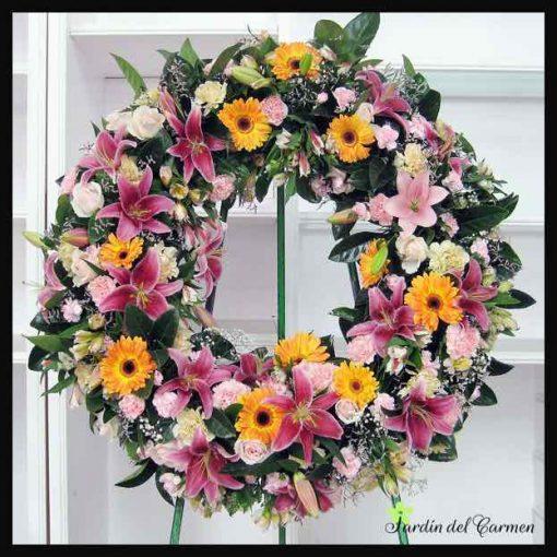 Corona decorativa con flores frescas