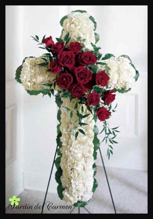 Cruz de claveles y rosas