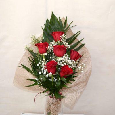 Ramo frontal con 6 rosas rojas