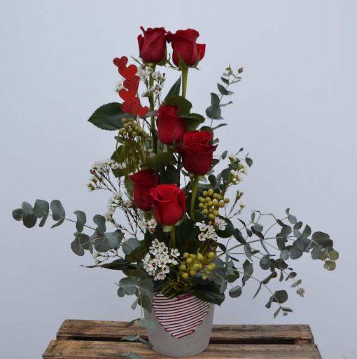 Centro lineal con 6 rosas rojas y verdes