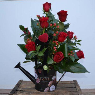 Centro regadera de rosas rojas