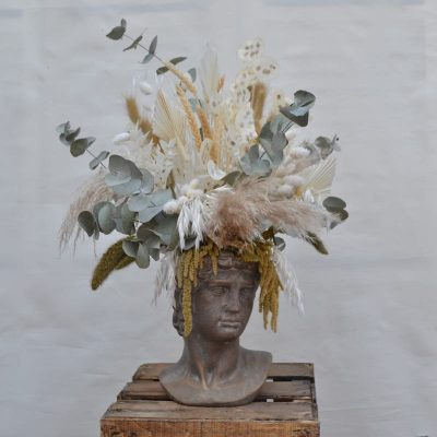Figura helénica con flores preservadas