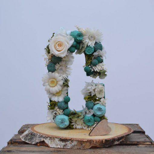 Letra flore C preservada en peana